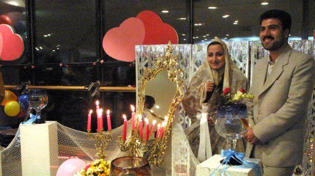 Cô dâu chú rể chụp ảnh trong ngày cưới tại Iran