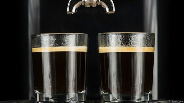 Два стакана крепкого черного кофе