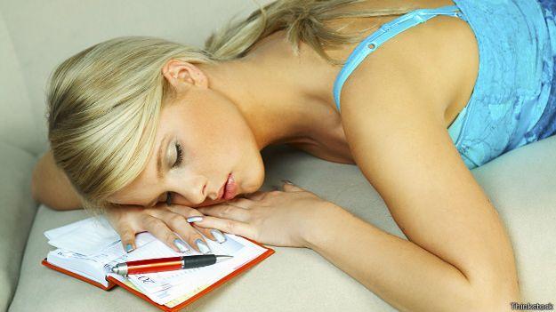 Молодая женщина, спящая над дневником