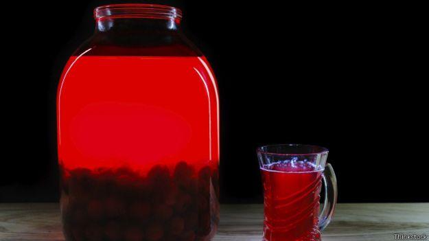 Банка и стакан с вишневым соком