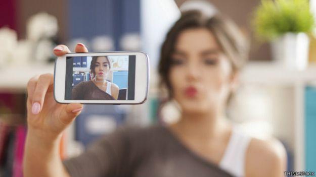 Una joven tomándose un selfie