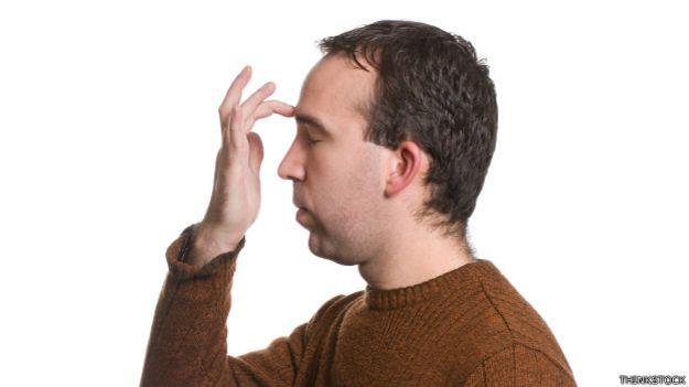 Una persona con dolor de cabeza