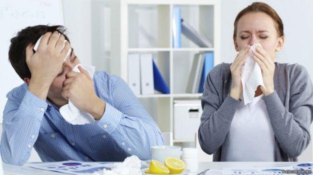 Dos personas con resfriado