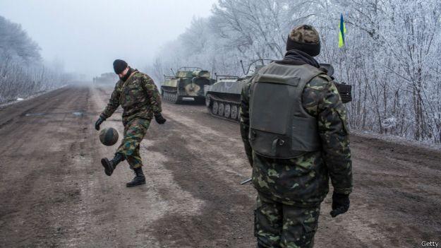 Украинские солдаты с мячом