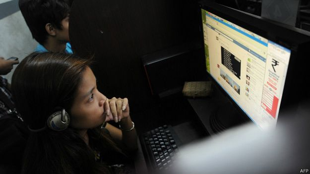 Mujer navegando en internet