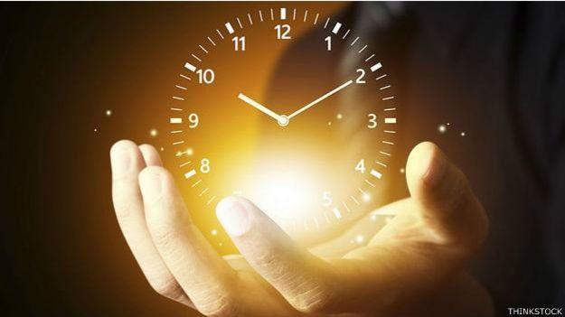 Ilustración de un reloj en la palma de una mano