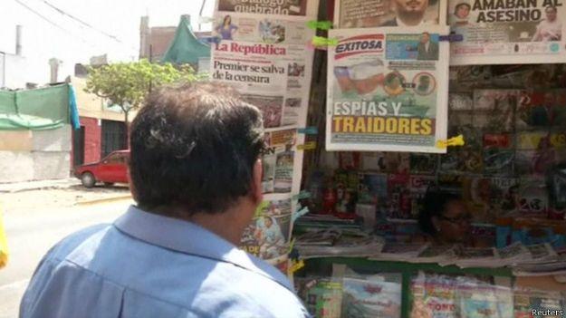 Hombre mirando puesto de diarios