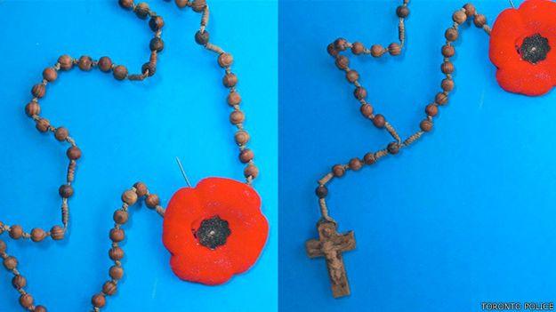 Dos tomas del rosario con una amapola hallado en el túnel