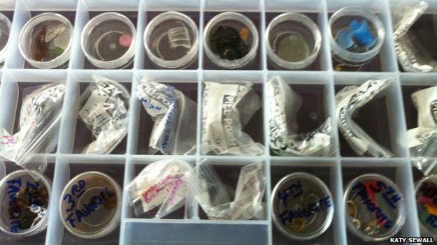 La colección de objetos traídos por los cuervos de Gabi Mann.