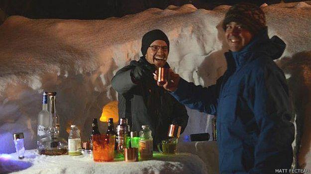 Hombres en el bar de nieve
