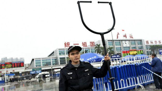 安保人员在广州火车站砍人案发现场警戒
