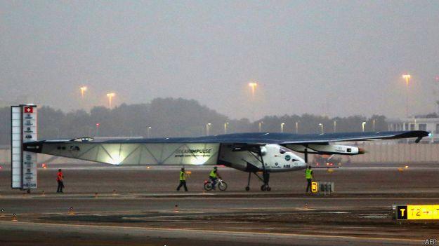 Самолет Solar Impulse-2 на взлетно-посадочной полосе а Абу-Даби