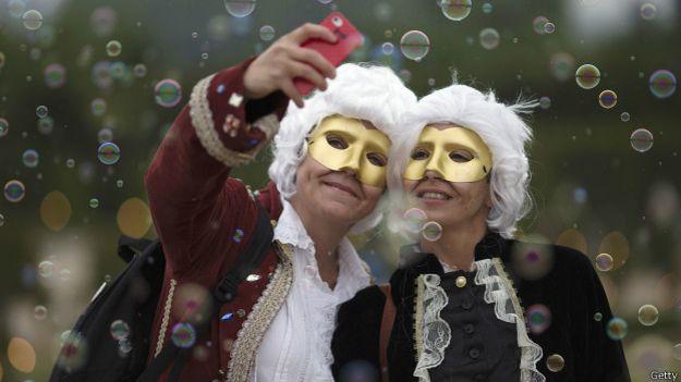 Varios museos han considerado ya que añadir un palo a la 'fiebre' del selfie supone un peligro para sus obras.