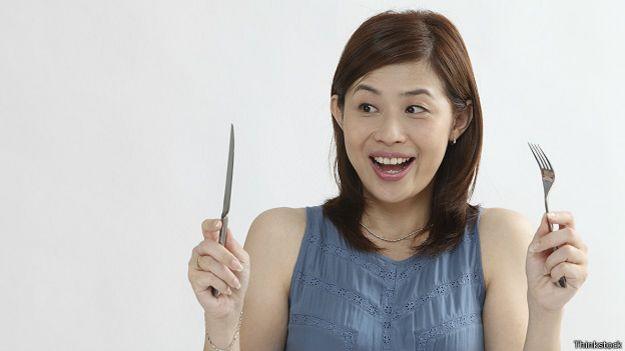 Китаянка с ножом и вилкой
