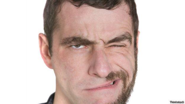 Rostro con media barba