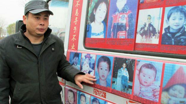 Padre con una furgoneta con foto de niños secuestrados.