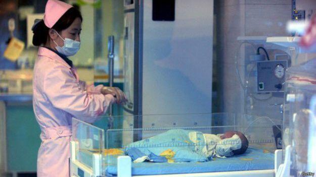 Una enfermera cuida de un niño rescatado en Sichuan, 2012