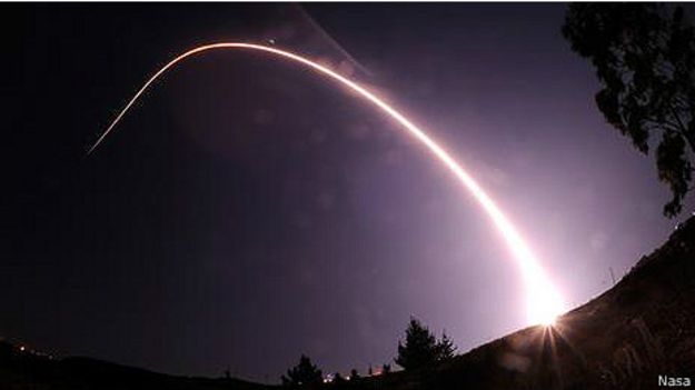 След от ракеты в ночном небе