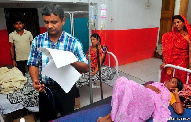Varma examina pacientes | Foto: Prashant Ravi