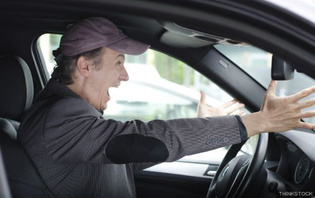 Hombre furioso manejando un vehículo
