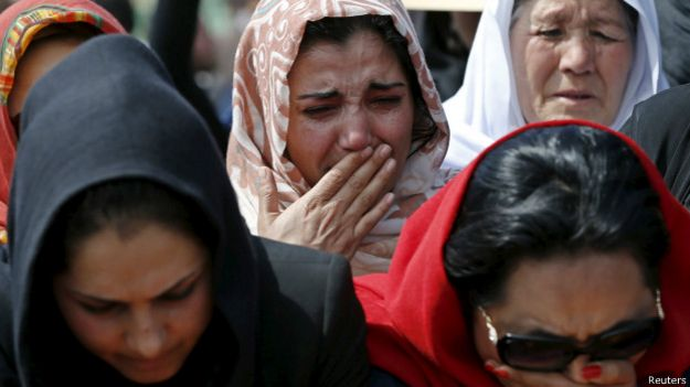 Ativistas em enterro de Farkhunda | Foto: Reuters
