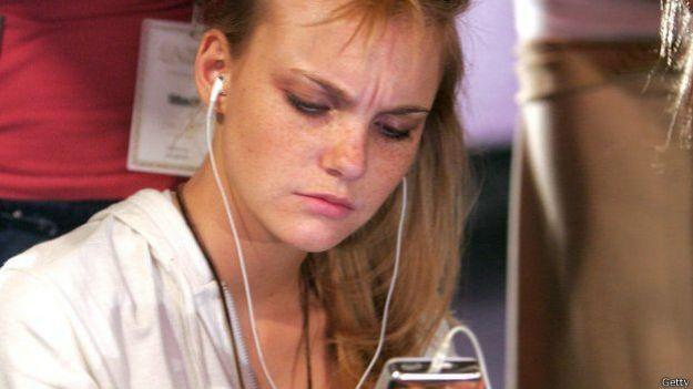 Chica oyendo su reporductor de mp3