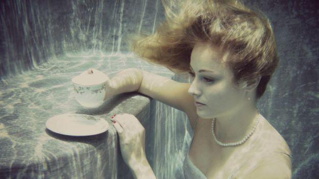 Una representación de Alicia tomando el té