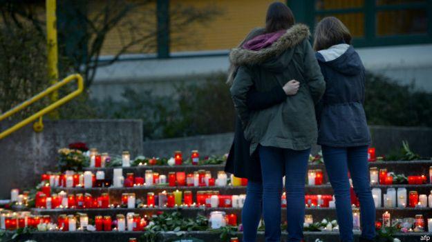 Personas conmemoran víctimas del vuelo de Germanwings.