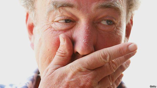 Джереми Кларксон прикрывает рот рукой (фото 10 марта 2013 года)
