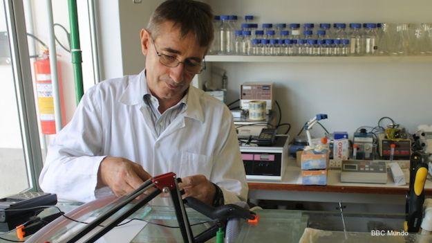 El químico Wim Degrave trabaja en el laboratorio de su microempresa Biotecam dentro del parque tecnológico de la Universidad Federal de Río de Janeiro.