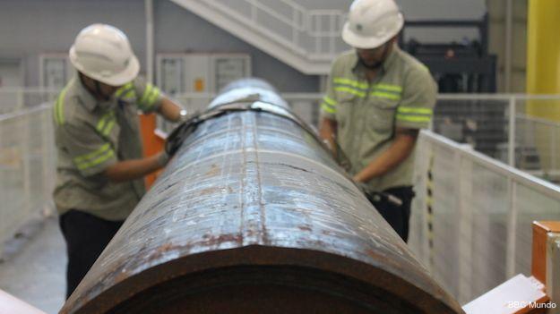 Técnicos trabajan en un tubo para transportar petróleo, en el centro de la empresa Tenaris del parque tecnológico de la Universidad federal de Río de Janeiro.