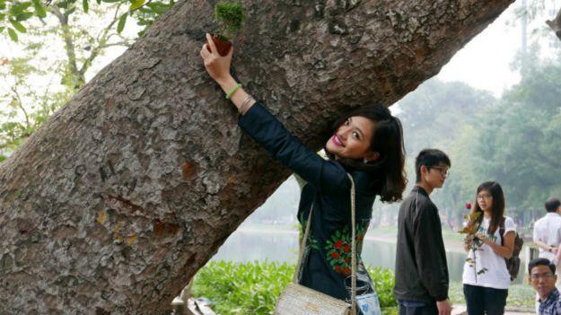 Một cô gái Hà Nội tham gia phản đối việc chặt cây xanh
