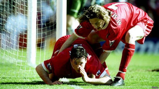 Robbie Fowler celebra su gol ante el Everton