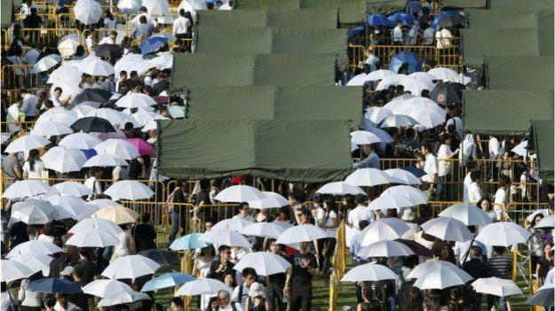 Người dân xếp hàng trong cái nóng ngột ngạt đợi vào viếng cố TT Lý Quang Diệu