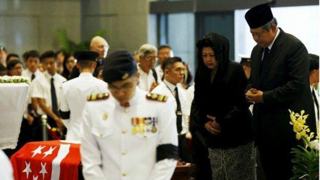 Cựu Tổng thống Indonesia,Susilo Bambang Yudhoyono và phu nhân  Kristiani Herawati tới viếng hôm 27/3/2015
