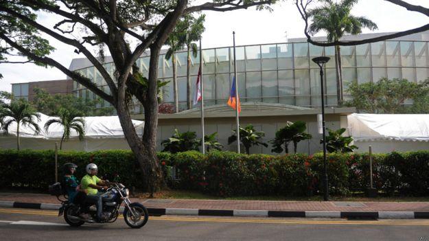 一輛摩托車經過新加坡國大文化中心外道路(28/3/2015)