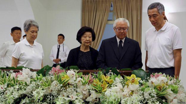 斯裏淡馬錫樓內新加坡總統陳慶炎(右二)與總理李顯龍(右一)瞻仰李光耀遺容(23/3/2015)
