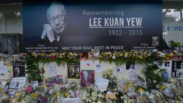 新加坡國會大廈外民眾留下向李光耀致意的花束(28/3/2015)