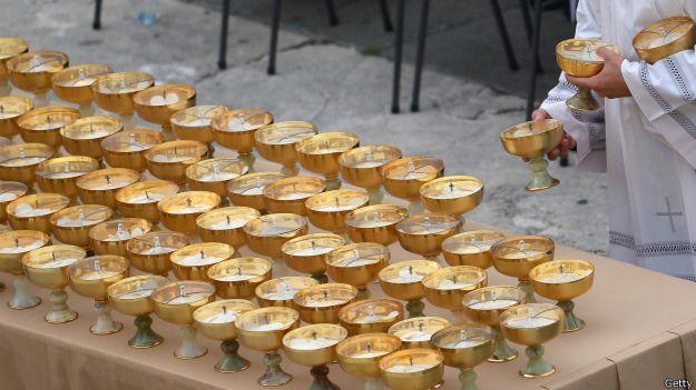 Hostias que van a ser distribuidas en una misa