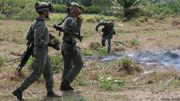 Miembros de las fuerzas especiales tras destruir una pista de aterrizaje clandestina.