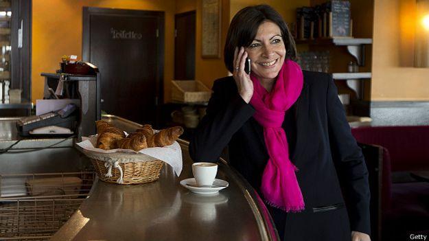 Мэр Парижа Анн Идальго часто носит эффектные шарфики