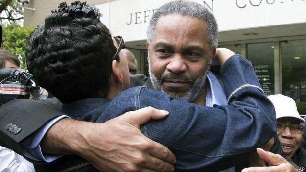 Энтони Рэй Хинтон на выходе из тюрьмы