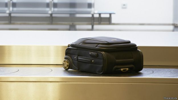 Maleta solitaria en un aeropuerto