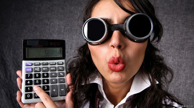 Женщина с калькулятором и спрятанными под очками глазами