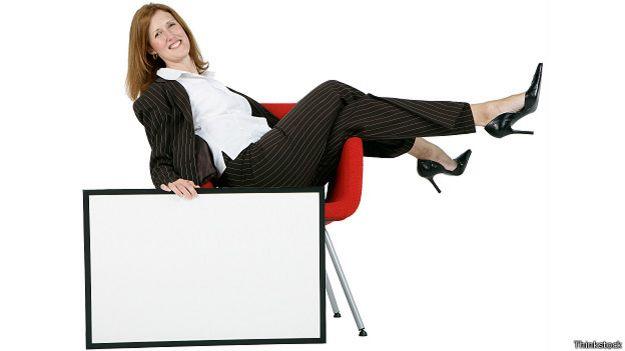 Женщина в расслабленной позе в офисе