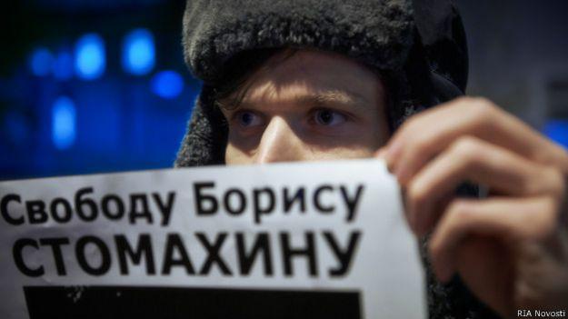 Участник пикета в поддержку политзаключенных в сквере Маяковского в Санкт-Петербурге