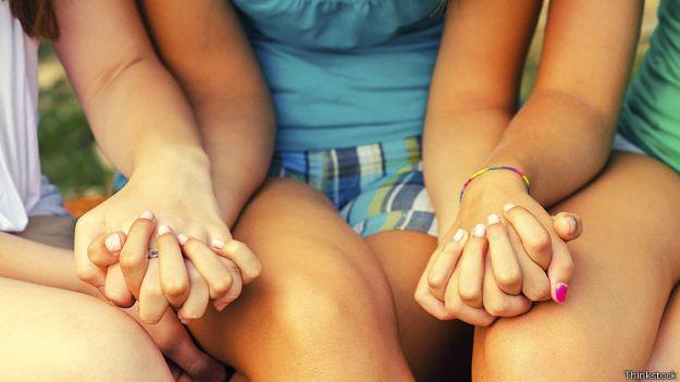 Девочки держатся за руки