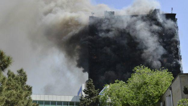 Многоэтажка в Баку горит