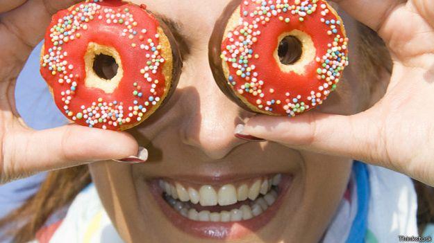 Женщина с двумя пончиками