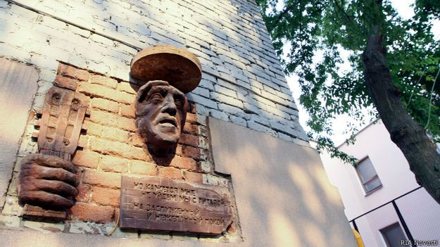 Мемориальная доска Высоцкому в Большим Каретном